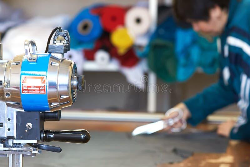 Портняжничайте ткань вырезывания используя большие ножницы или ножницы как он follo стоковая фотография rf