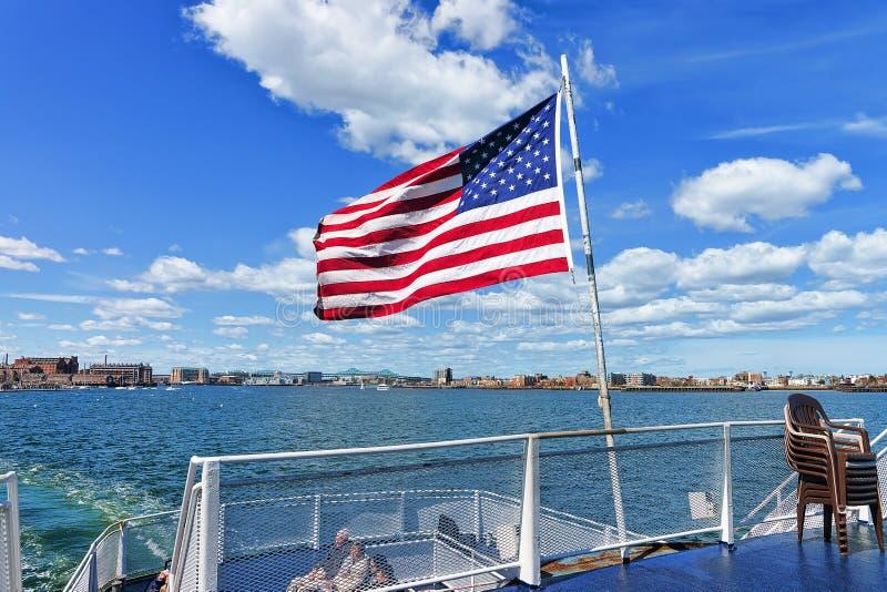 Портовый район Бостона и национальный флаг Соединенных Штатов МАМЫ стоковые изображения