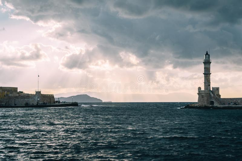 Портовый район гавани панорамы венецианские и маяк в старой гавани Chania на заходе солнца, Крит, Греция стоковое изображение rf