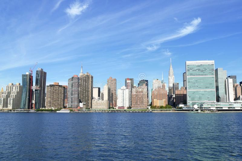 Портовый район Нью-Йорка, Ист-Ривер и горизонт Манхэттена на солнечный день с голубым небом на заднем плане стоковые фотографии rf