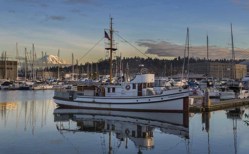 Портовый район Tacoma на заходе солнца Tacoma, WA США - 25-ое января 2016 Марина портового района популярное место в Tacoma стоковая фотография rf