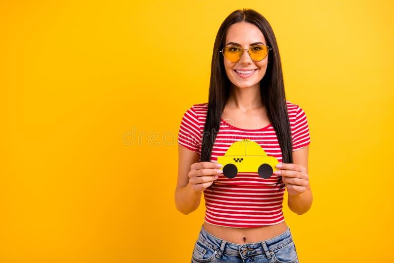 Портрет автомобиля такси бумажной карты прекрасной милой руки владением молодости желтого хочет езду чувствует что положительные  стоковое фото