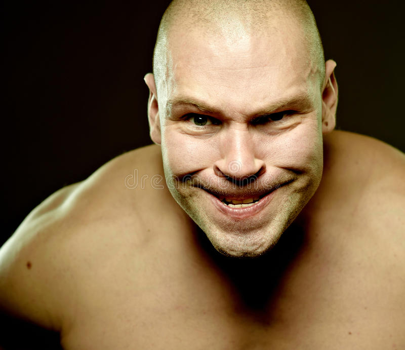 портрет агрессивныйого эмоционального человека мышечный стоковые фото