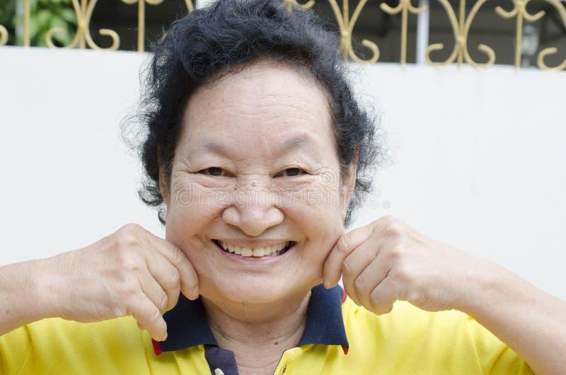 Портрет азиатский старший усмехаться женщины стоковое изображение rf