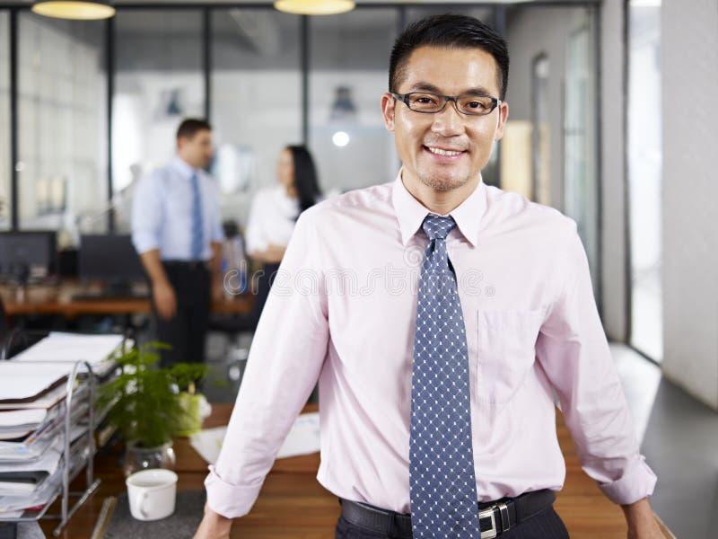 Портрет азиатского бизнесмена стоковые изображения