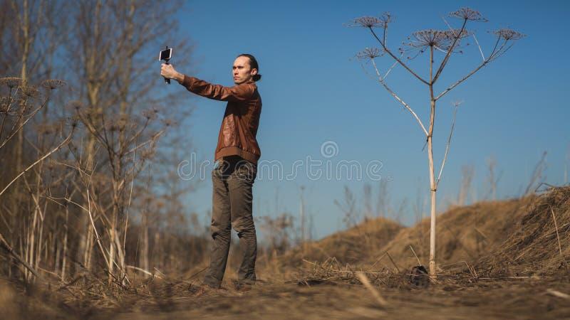 Портрет азиатского средн-достигшего возраста человека фотографируя в желтом поле стоковое фото