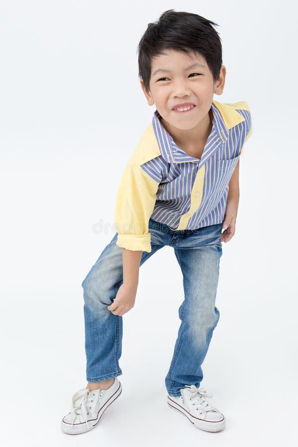 Портрет азиатского счастливого мальчика возбудил сторону и смотреть камеру стоковые изображения