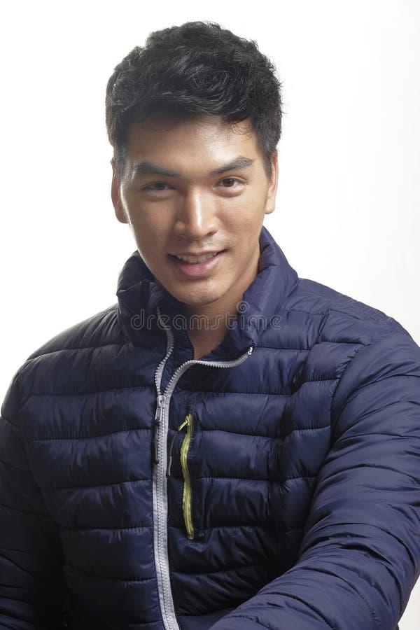 Портрет азиатского человека в вниз пальто стоковые фотографии rf
