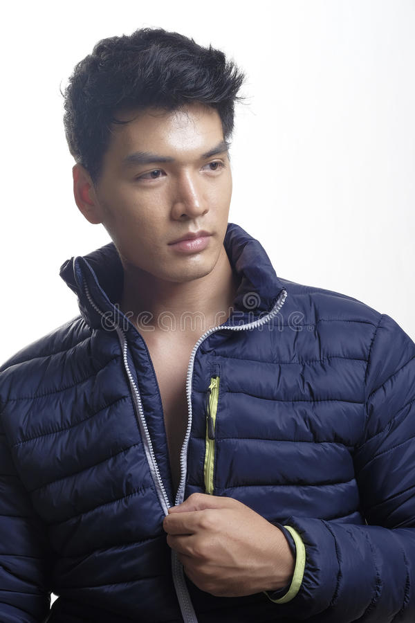 Портрет азиатского человека в вниз пальто стоковое изображение