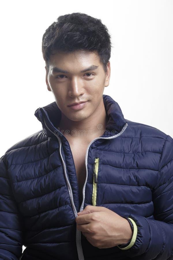 Портрет азиатского человека в вниз пальто стоковые изображения