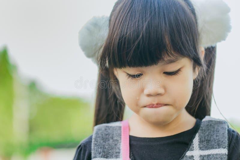 Портрет азиатской девушки плача в парке стоковое фото