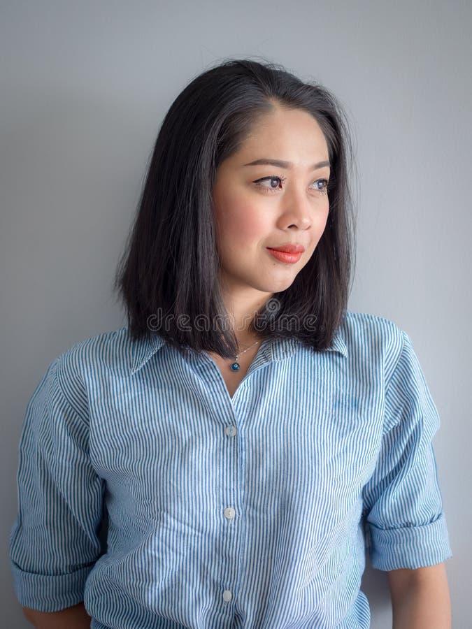 Портрет азиатской женщины с рубашкой голубой нашивки стоковое фото rf