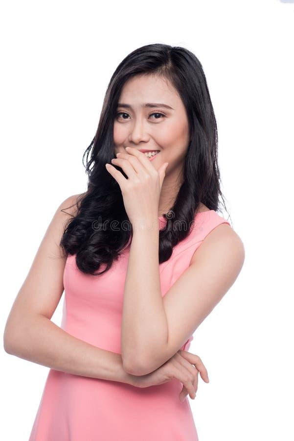 Портрет азиатской застенчивой девушки усмехаясь с руками в стороне стоковое фото rf