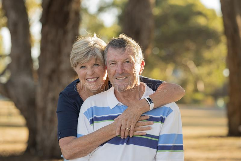 Портрет американской старшей красивых и счастливых зрелых влюбленности и привязанности пар около 70 лет показывая усмехаясь совме стоковые фотографии rf