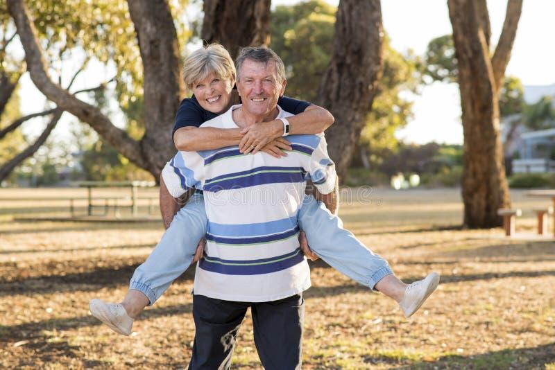 Портрет американской старшей красивых и счастливых зрелых влюбленности и привязанности пар около 70 лет показывая усмехаясь совме стоковые фото