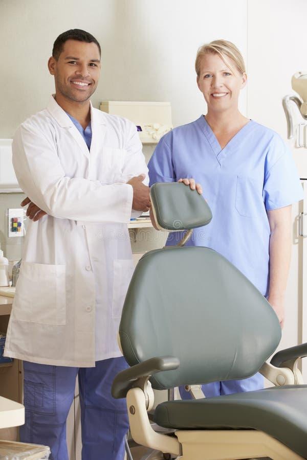 Портрет дантиста и зубоврачебной медсестры в хирургии стоковые изображения rf