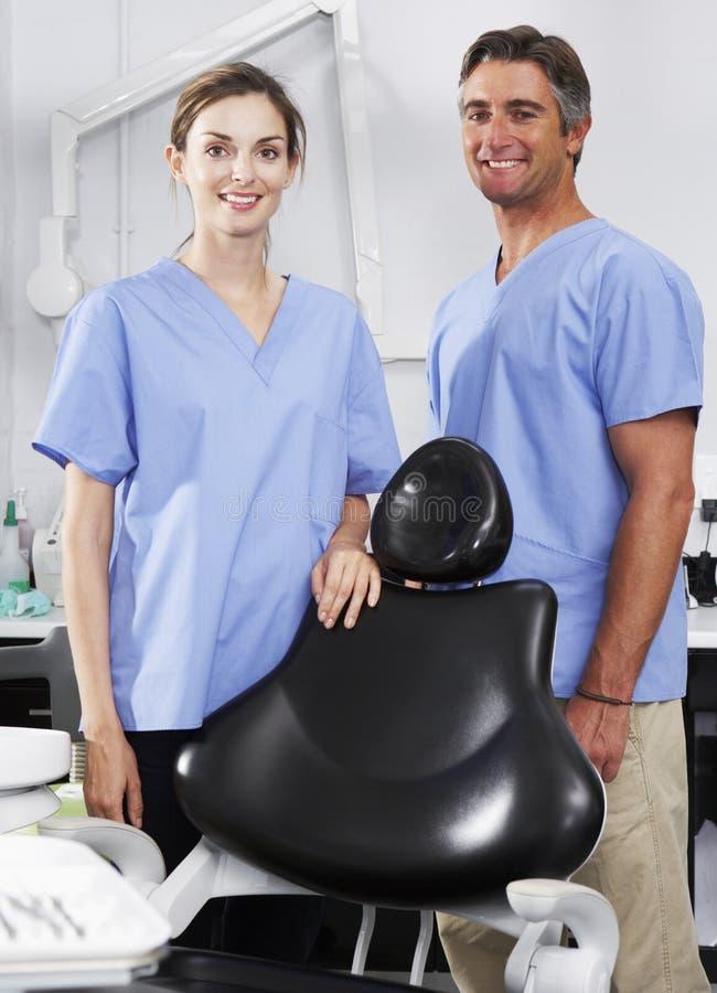 Портрет дантиста и медсестры в хирургии стоковые фотографии rf
