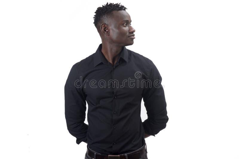 Портрет африканских оружий человека на задней части на белизне стоковая фотография