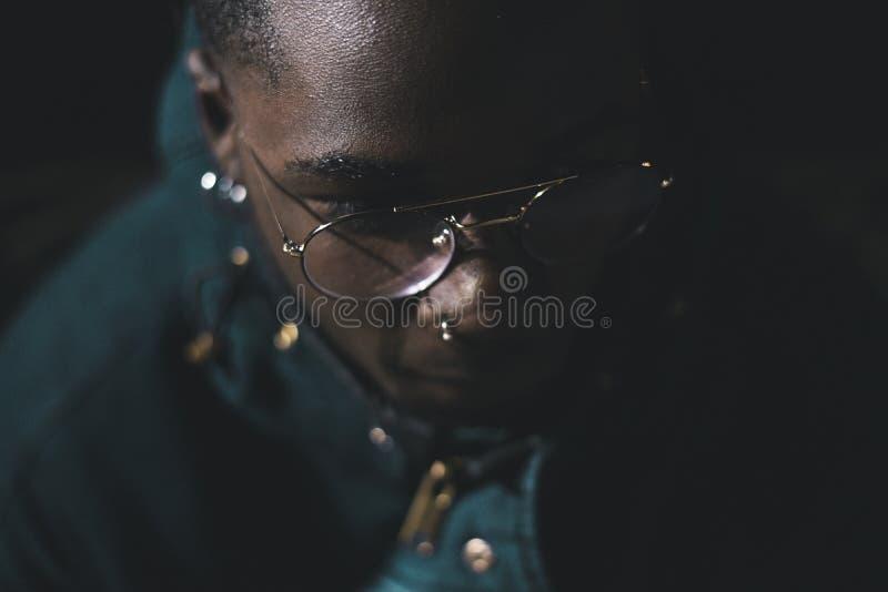 Портрет Афро-американского человека нося современные стекла Чернокожий человек на улице стоковые фотографии rf
