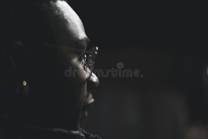 Портрет Афро-американского человека нося современные стекла Чернокожий человек на улице стоковые изображения rf