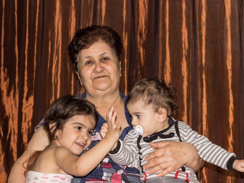 Портрет бабушки с 2 внуками стоковые изображения