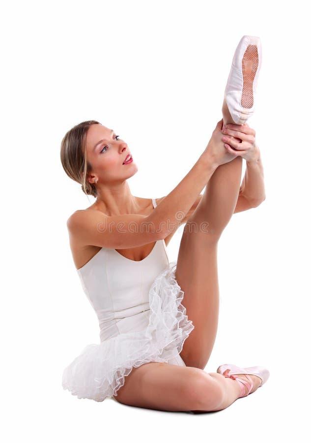 Портрет балерины нагревая ее ногу стоковая фотография rf