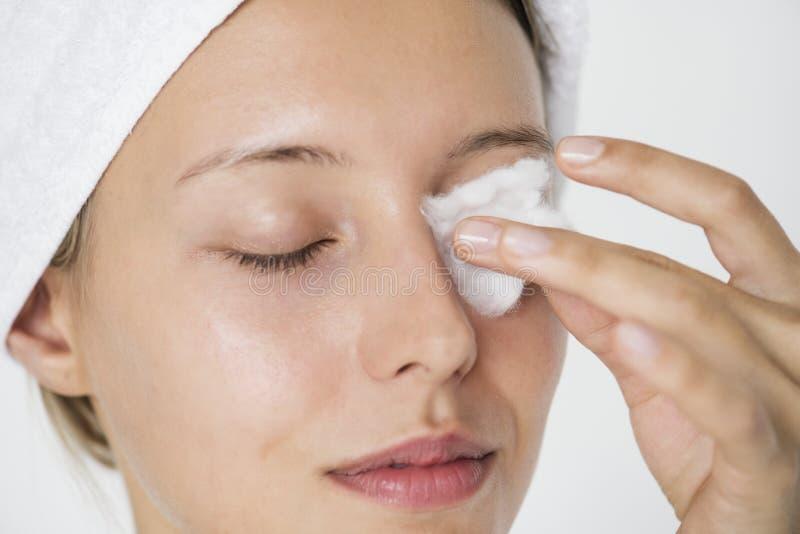 Портрет белой женщины делая ее ежедневный режим skincare стоковое изображение rf