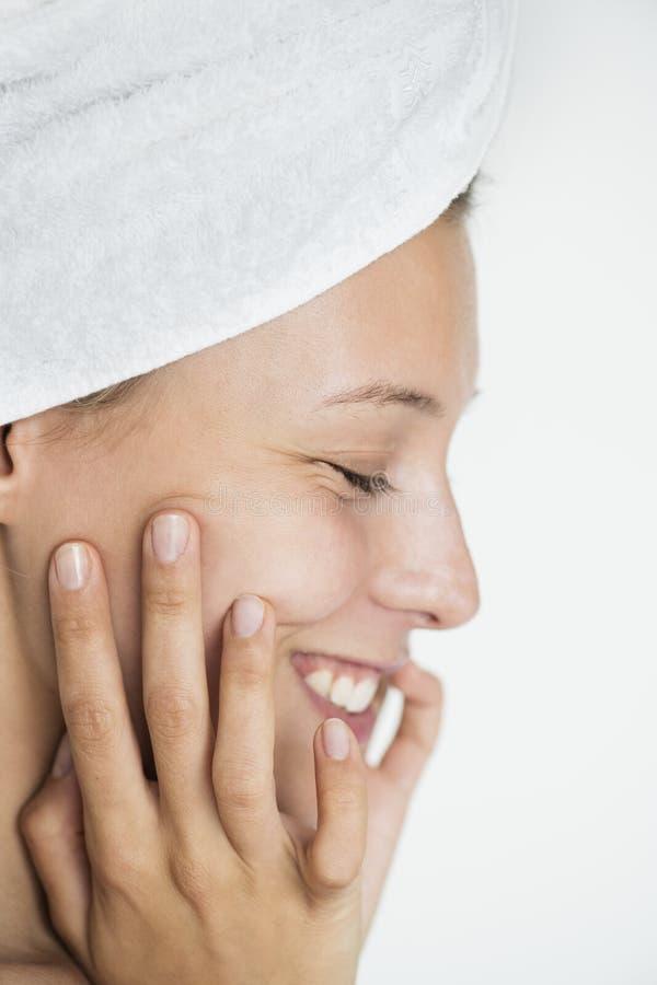 Портрет белой женщины делая ее ежедневный режим skincare стоковая фотография