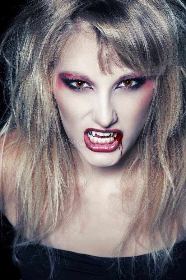 Портрет белокурого вампира девушки стоковые фотографии rf