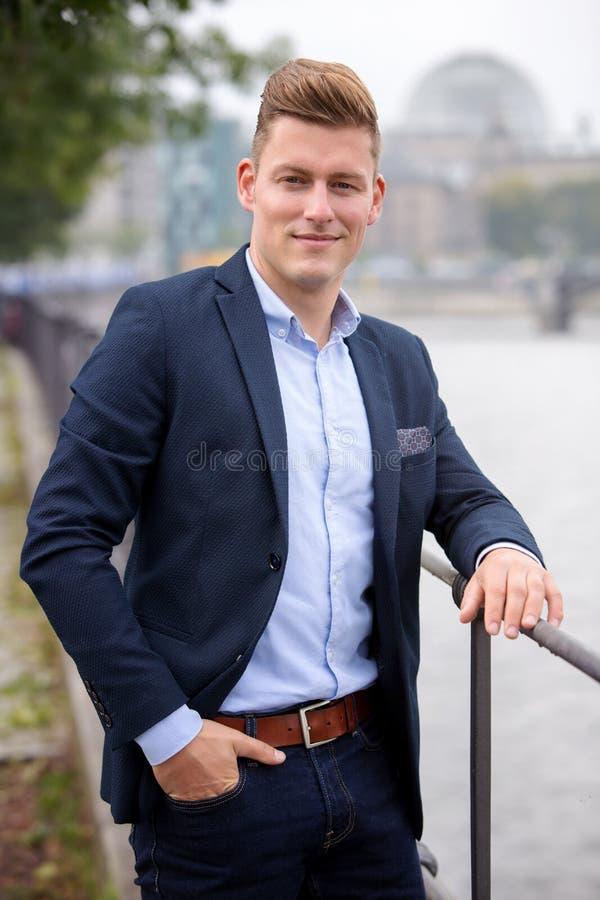 Портрет белокурого человека перед немецким парламентом стоковое фото
