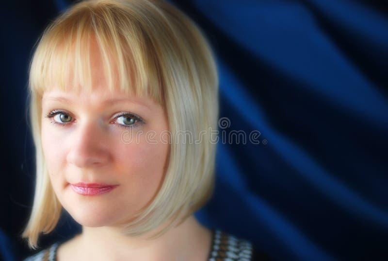 Портрет белокурое головного и плеч женщины стоковое фото rf