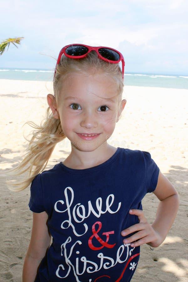 Портрет белокурой девушки на каникулах стоковая фотография rf