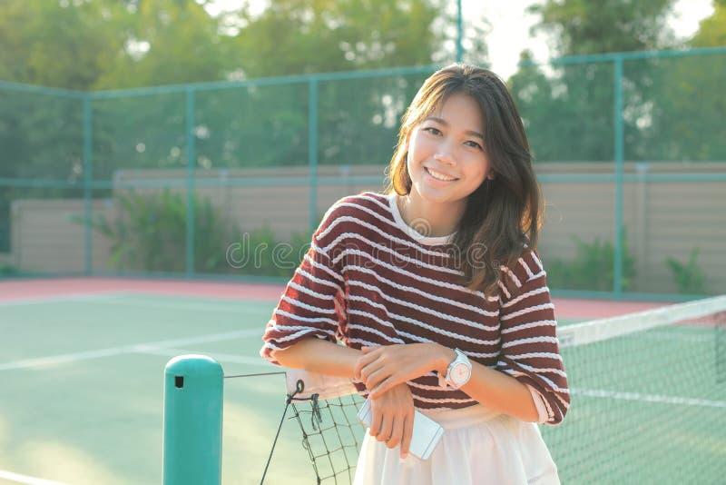 Портрет белизны красивой молодой азиатской женщины нося одевает sk стоковые фотографии rf