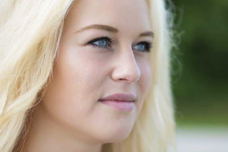 Портрет белокурой девушки внешний стоковое фото
