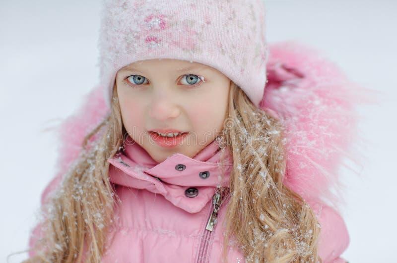 Портрет белокурой девушки в розовой куртке на светлой предпосылке стоковое изображение rf