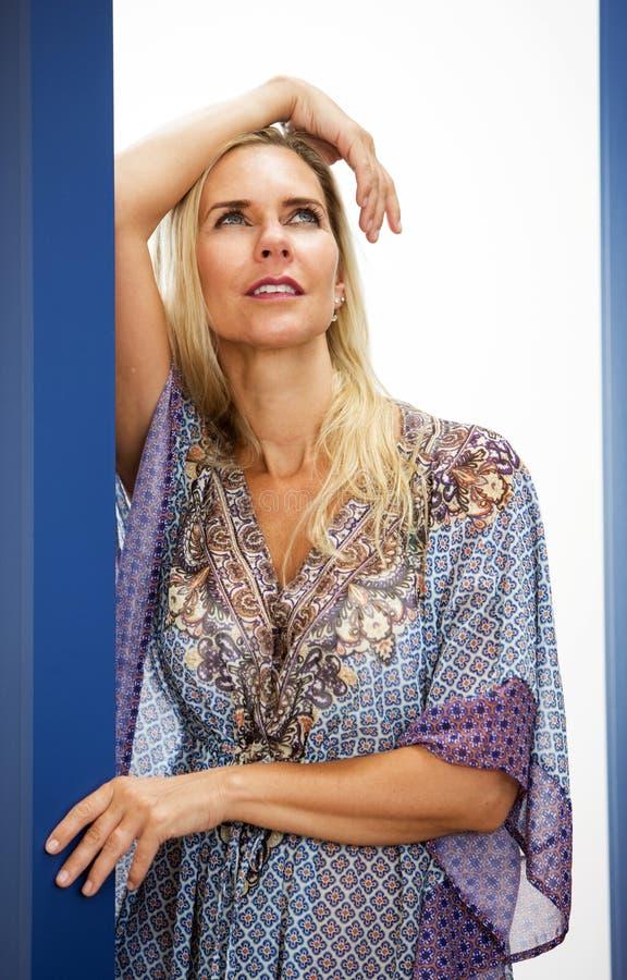 Портрет белокурой женщины в голубом платье стоковое изображение