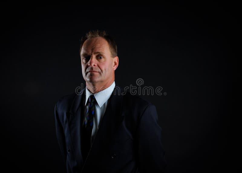 портрет бизнесмена времени средний серьезный стоковое фото