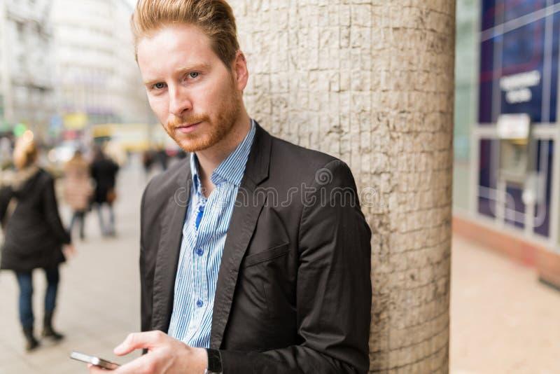 Портрет бизнесмена в городе стоковая фотография