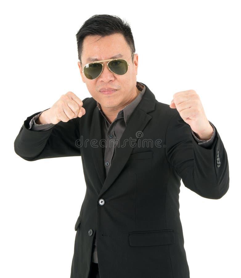 Портрет бизнесмена в костюме готов воевать, изолированный на белой предпосылке стоковые фото