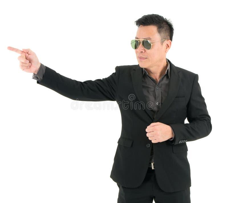 Портрет бизнесмена в костюме счастлив и положил пункт что-то изолировало на белой предпосылке стоковое изображение rf