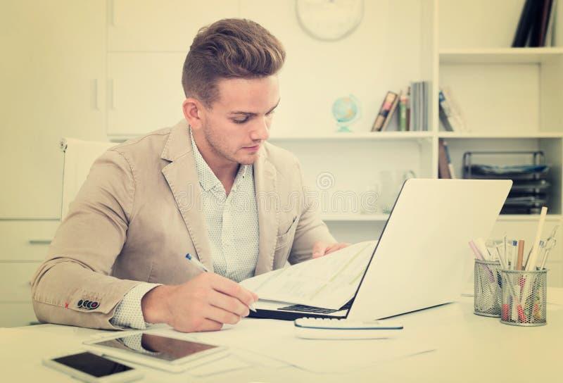 Портрет бизнесмена работая в современном офисе стоковое изображение