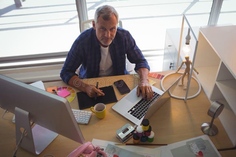 Портрет бизнесмена работая на творческом офисе стоковые изображения rf