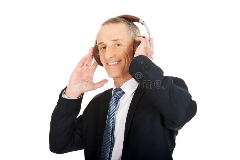 Портрет бизнесмена с большими наушниками стоковое изображение rf