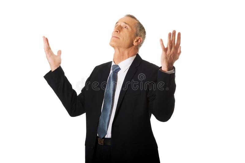 Портрет бизнесмена с руками раскрывает жест стоковое изображение rf