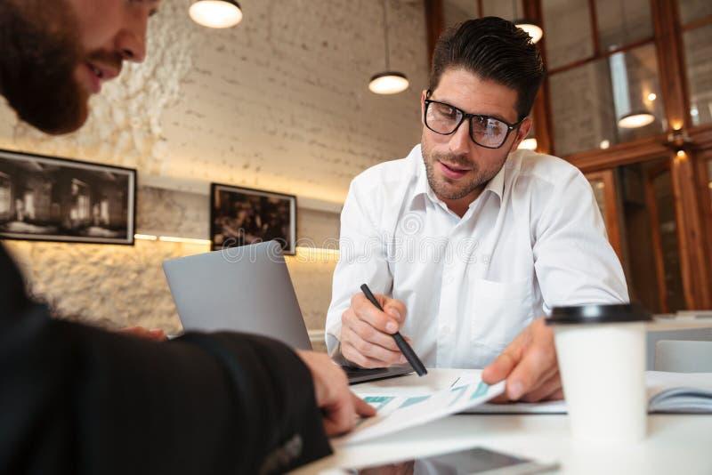 Портрет 2 бизнесменов обсуждая проект стоковое изображение rf