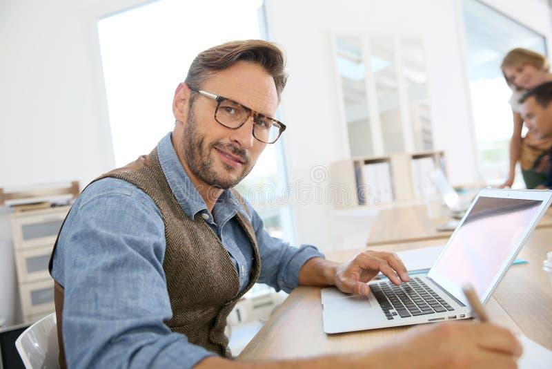 Портрет бизнесменов работая на офисе стоковое изображение