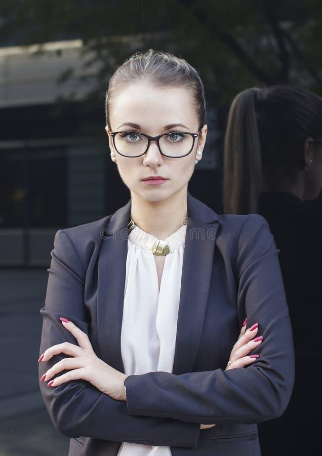 Портрет бизнес-леди или учителя смотря камеру стоковые фото