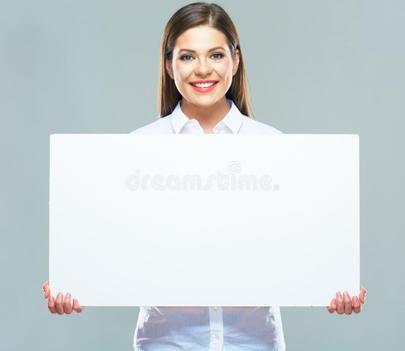 Портрет бизнес-леди держа доску знака стоковая фотография rf