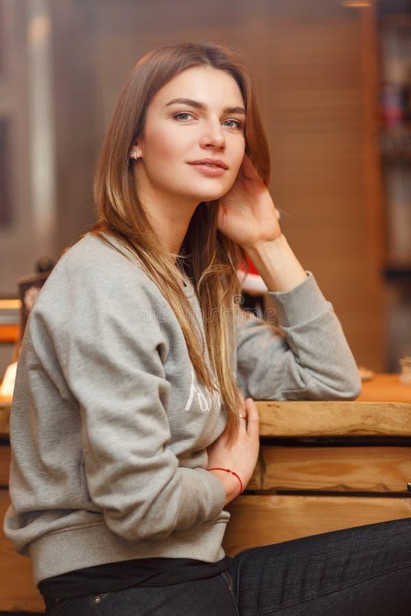 Портрет блондинкы с длинными волосами в кафе стоковая фотография rf
