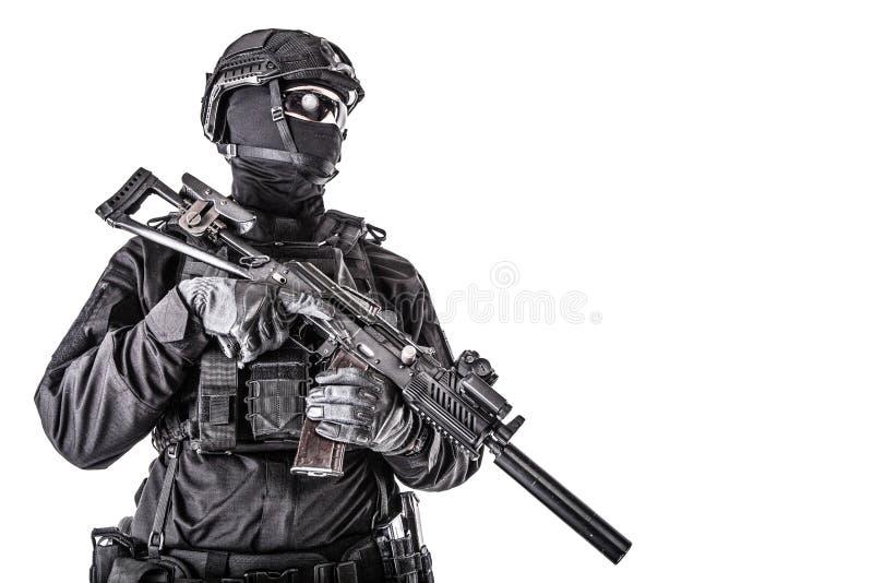 Портрет бойца тактической команды полиции вооруженного стоковая фотография rf